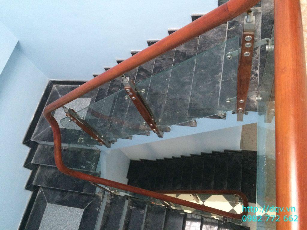 Cầu thang kính tay vịn gỗ#3