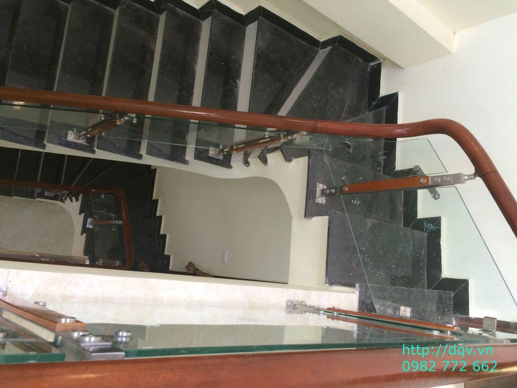 Cầu thang kính cường lực tay vịn gỗ#4