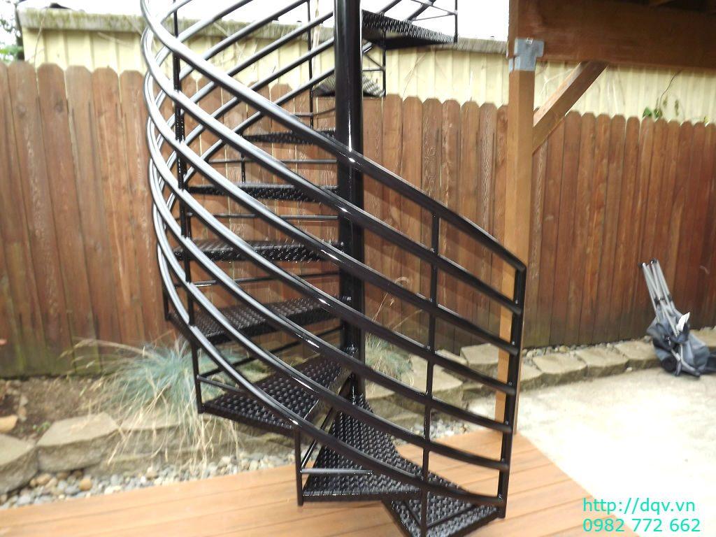 Cầu thang sắt xoắn ngoài trời