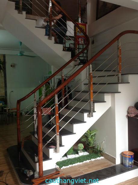 Cầu thang inox chân phổ thông suốt inox phi 12,7.Tay vịn gỗ lim nam phi