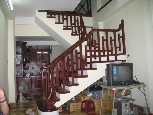Mẫu cầu thang phòng khách cho nhà ống đẹp#2