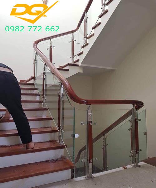 Cầu thang vách kính#3