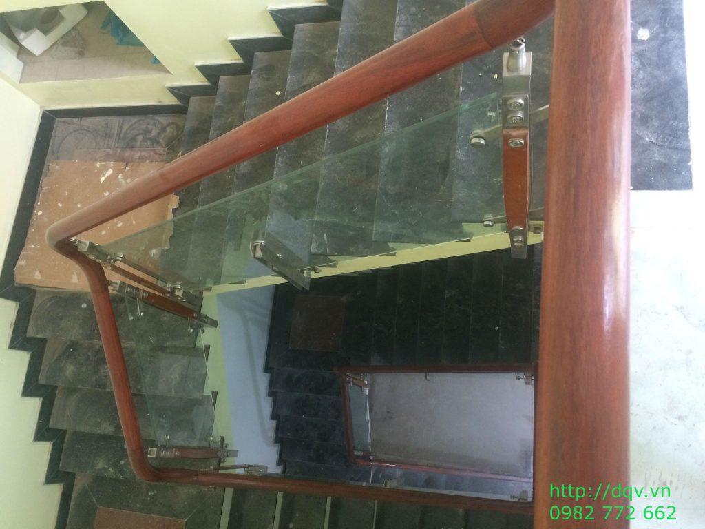 Cầu thang kính cường lực tay vịn gỗ#2
