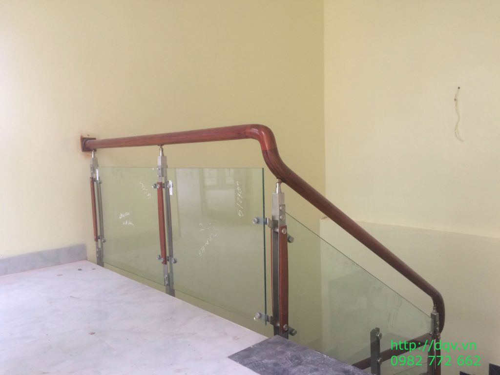 Cầu thang kính cường lực tay vịn gỗ#3