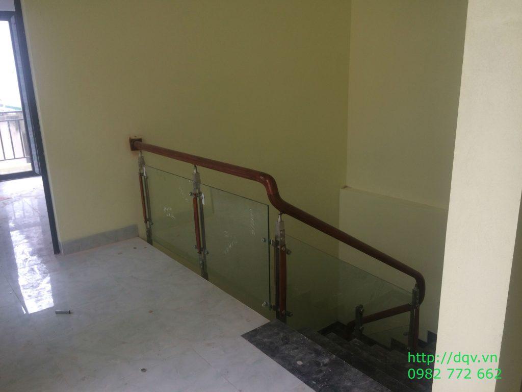 Cầu thang kính cường lực tay vịn gỗ#8