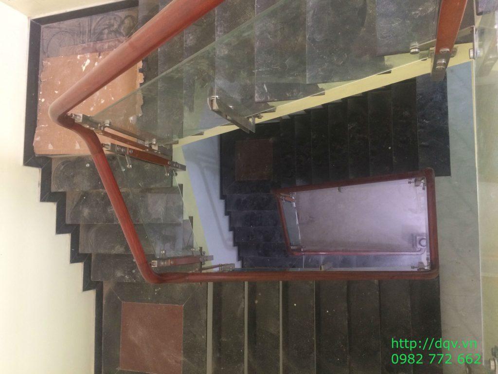 Cầu thang kính cường lực tay vịn gỗ#5