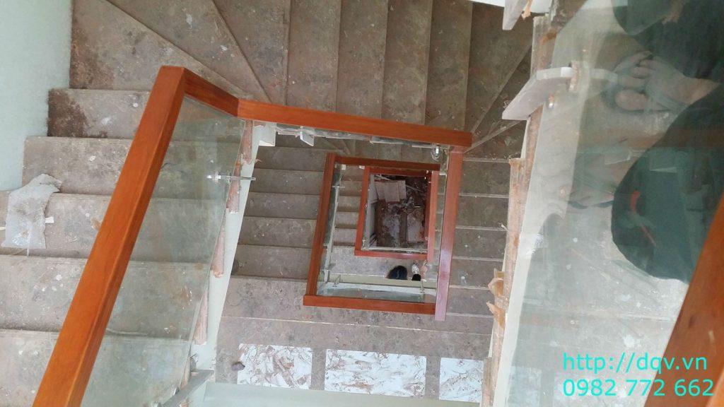 Cầu thang kính cường lực tay vịn gỗ#9