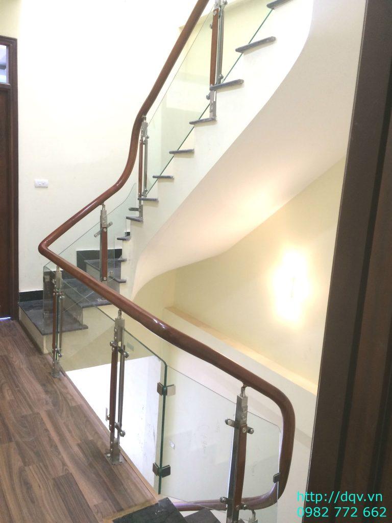 Cầu thang kính cường lực tay vịn gỗ#11