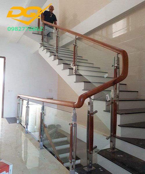 Cầu thang kính cường lực tay vịn gỗ - Mẫu 39