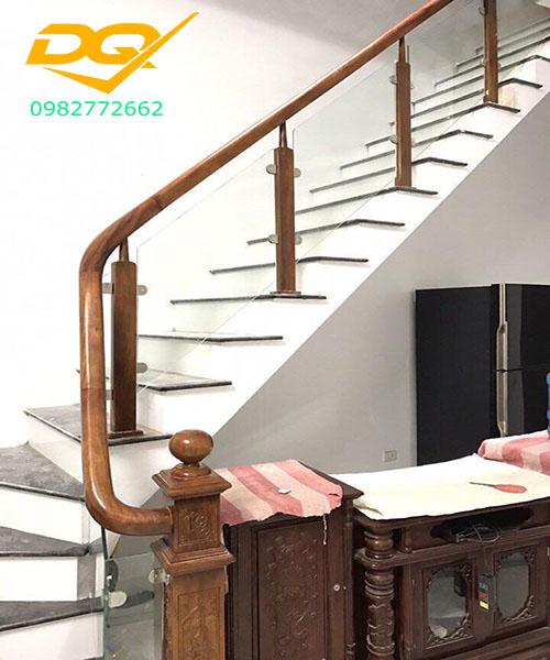 Cầu thang kính cường lực tay vịn gỗ - Mẫu 34