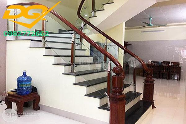 Cầu thang kính cường lực tay vịn gỗ - Mẫu 36