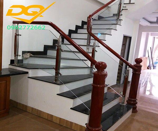 Cầu thang kính cường lực tay vịn gỗ - Mẫu 46