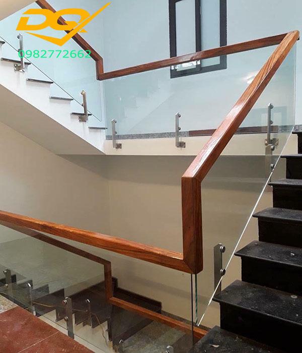 Cầu thang kính cường lực tay vịn gỗ - Mẫu 47