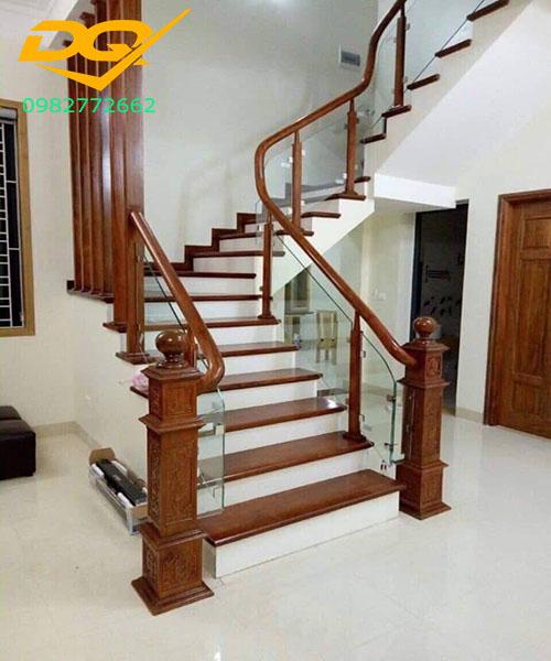 Cầu thang kính cường lực tay vịn gỗ - Mẫu 49