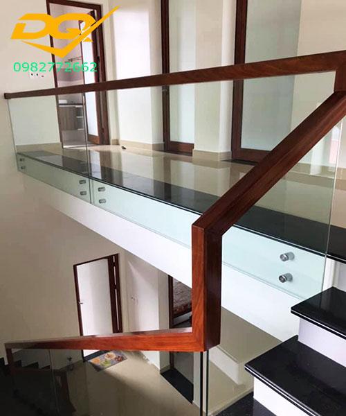 Cầu thang kính cường lực tay vịn gỗ - Mẫu 52