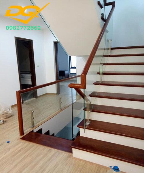 Cầu thang kính cường lực tay vịn gỗ - Mẫu 53
