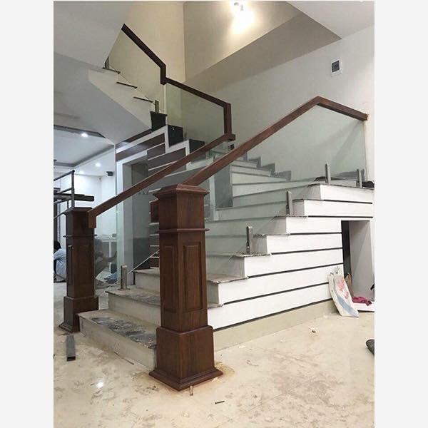 Cầu thang kính cường lực tay vịn gỗ - Mẫu 48