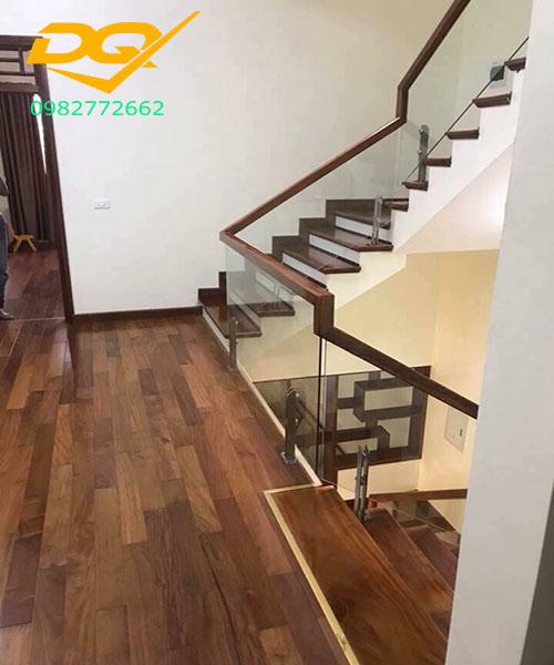 Cầu thang kính cường lực tay vịn gỗ - Mẫu 55