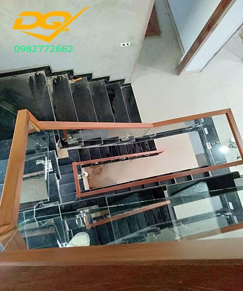 Cầu thang kính cường lực tay vịn gỗ - Mẫu 56