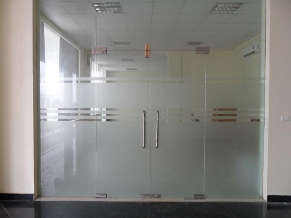 Cửa kính cường lực có tính hiện đại và lịch sự