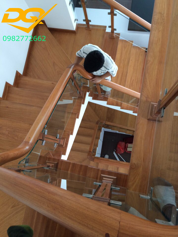 Cầu thang kính cường lực tay vịn gỗ đẹp-Mẫu 27