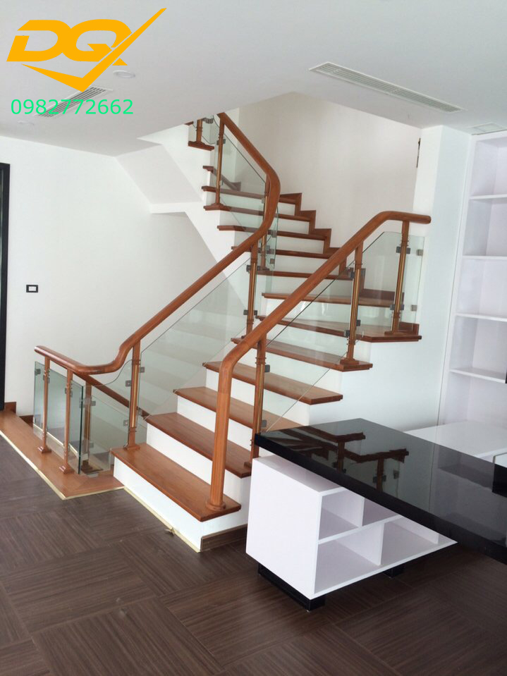 Cầu thang kính cường lực tay vịn gỗ đẹp-Mẫu 26