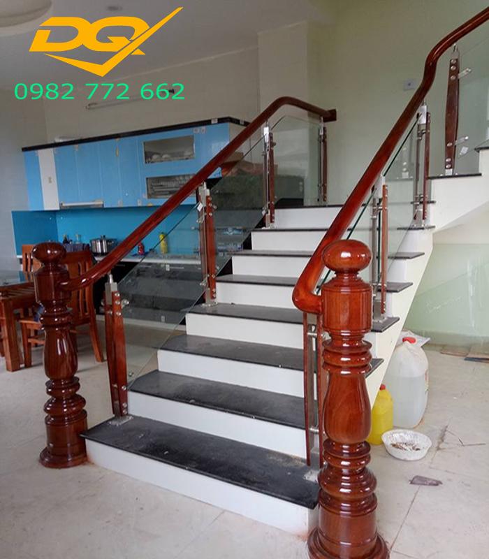 Cầu thang kính cường lực tay vịn gỗ lim nam phi#12