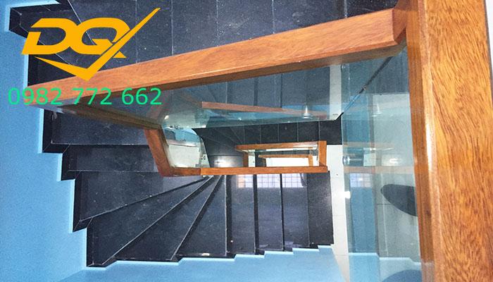 Cầu thang pad kính cường lực-Mẫu 9