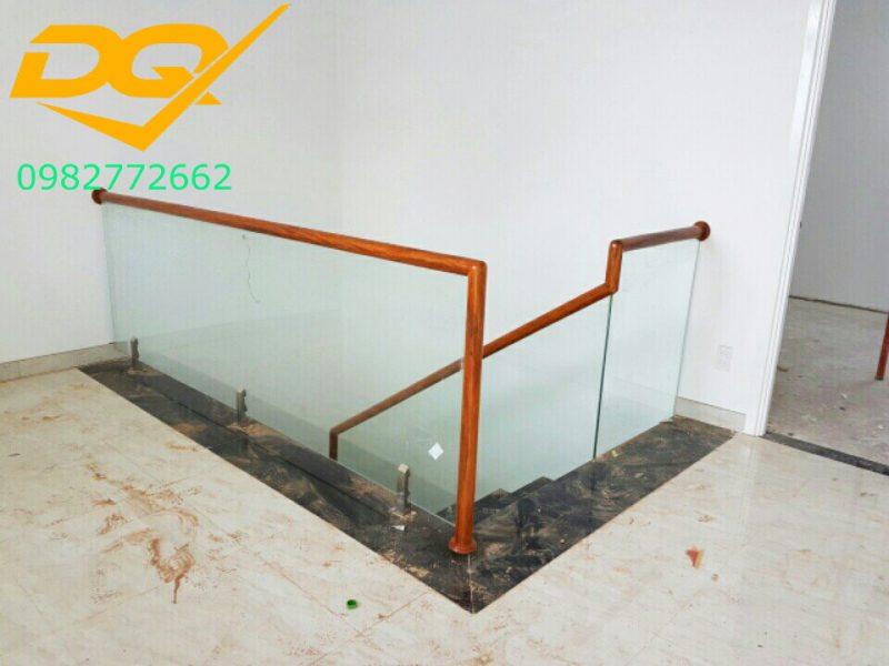 Cầu thang kính cường lực tay vịn gỗ đẹp-Mẫu 28
