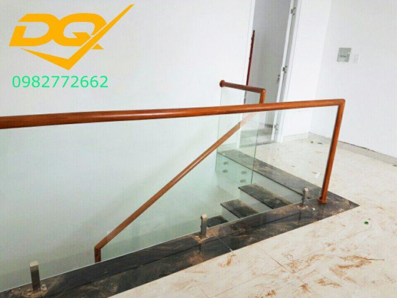 Cầu thang kính cường lực tay vịn gỗ đẹp-Mẫu 29