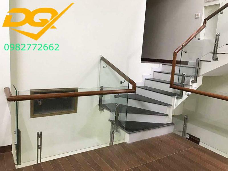 Cầu thang kính cường lực tay vịn gỗ đẹp-Mẫu 30