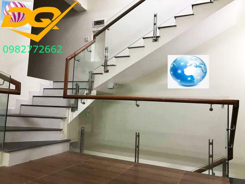Cầu thang kính cường lực tay vịn gỗ đẹp-Mẫu 31