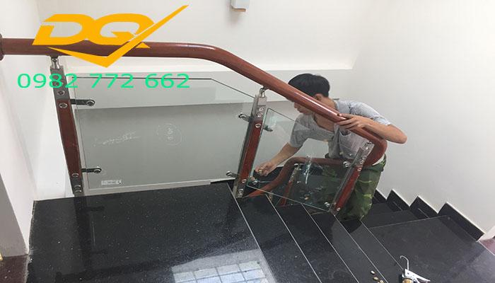 Cầu thang kính cường lực tay vịn gỗ-Mẫu 13