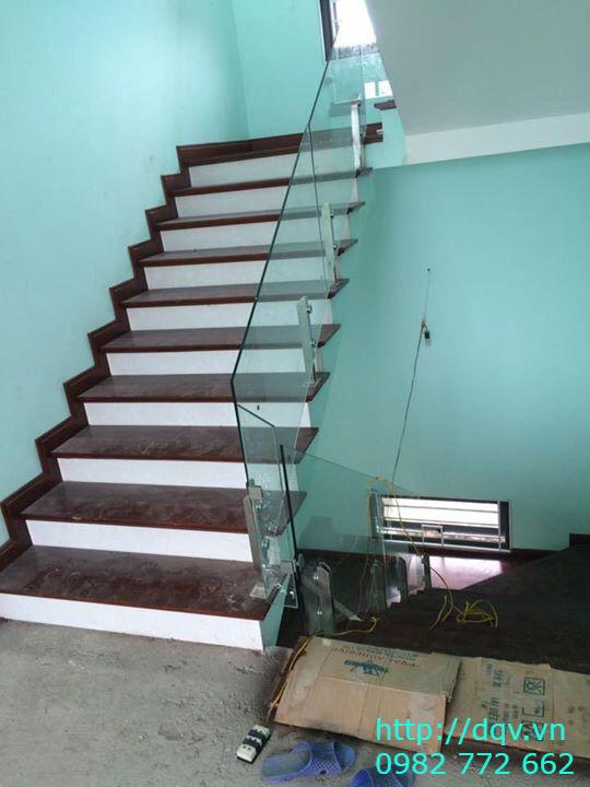 Cầu thang kính cường lực tay vịn gỗ đẹp-Mẫu 13
