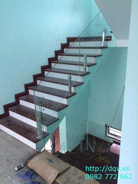 Cầu thang kính cường lực tay vịn gỗ đẹp-Mẫu 14