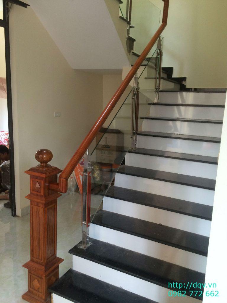Cầu thang kính cường lực tay vịn gỗ đẹp-Mẫu 17