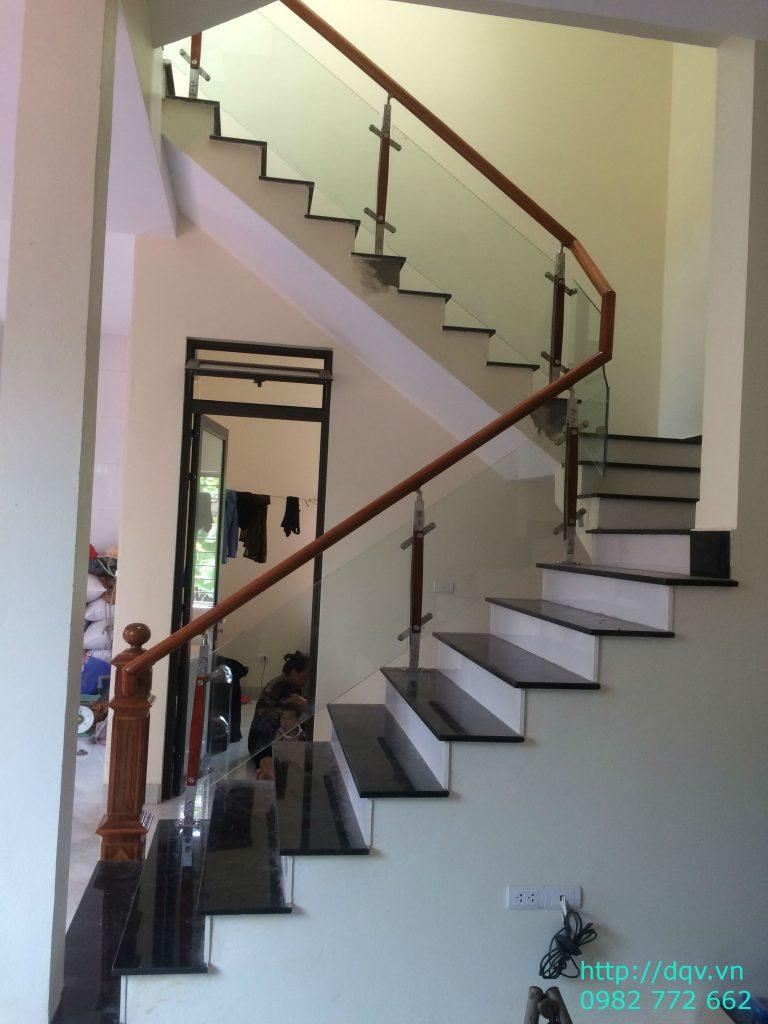 Cầu thang kính cường lực tay vịn gỗ đẹp-Mẫu 18