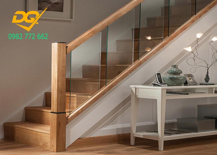 Cầu thang kính cường lực tay vị gỗ - Mẫu 37