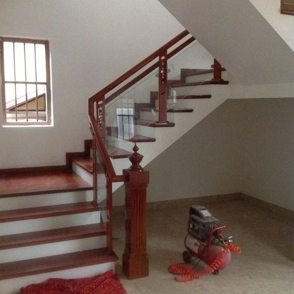 Cầu thang kính cường lực tay vịn gỗ - Mẫu 4