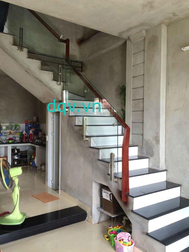 Cầu thang kính cường lực tay vịn gỗ - Mẫu 3