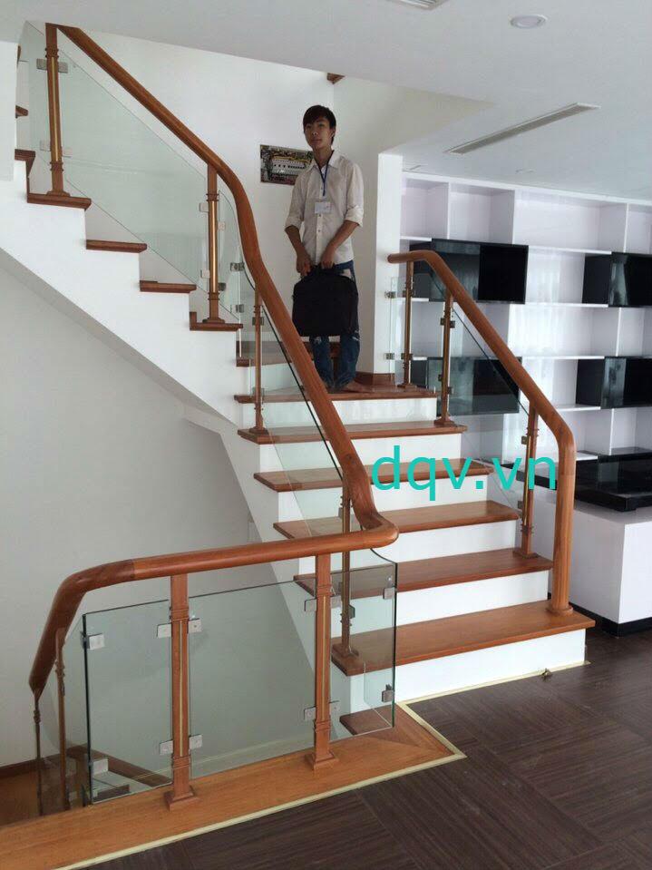 Cầu thang kính cường lực tay vịn gỗ - Mẫu 2