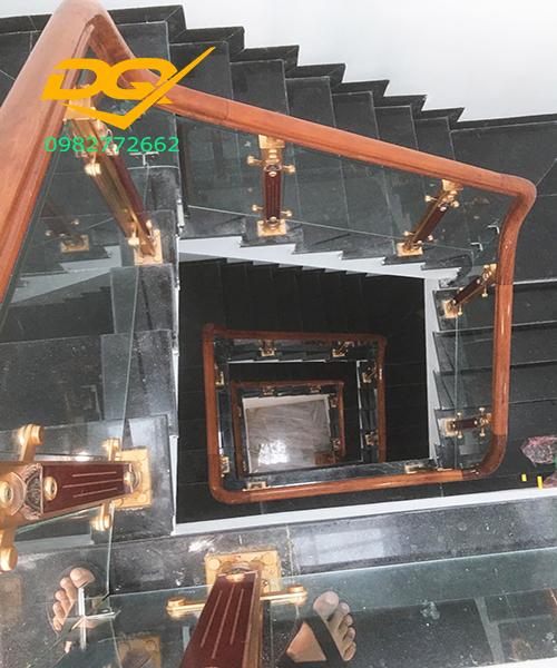 Cầu thang kính cường lực chân nhôm hợp kim nhập khẩu