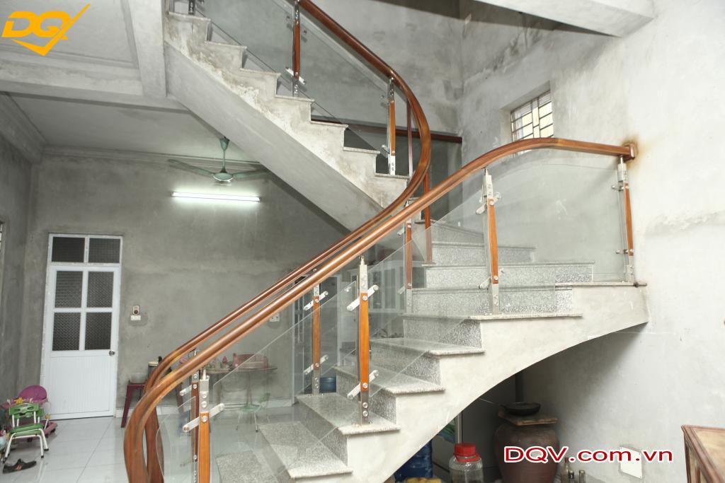 Cầu thang kính cường lực tay vịn gỗ đẹp -Mẫu 10