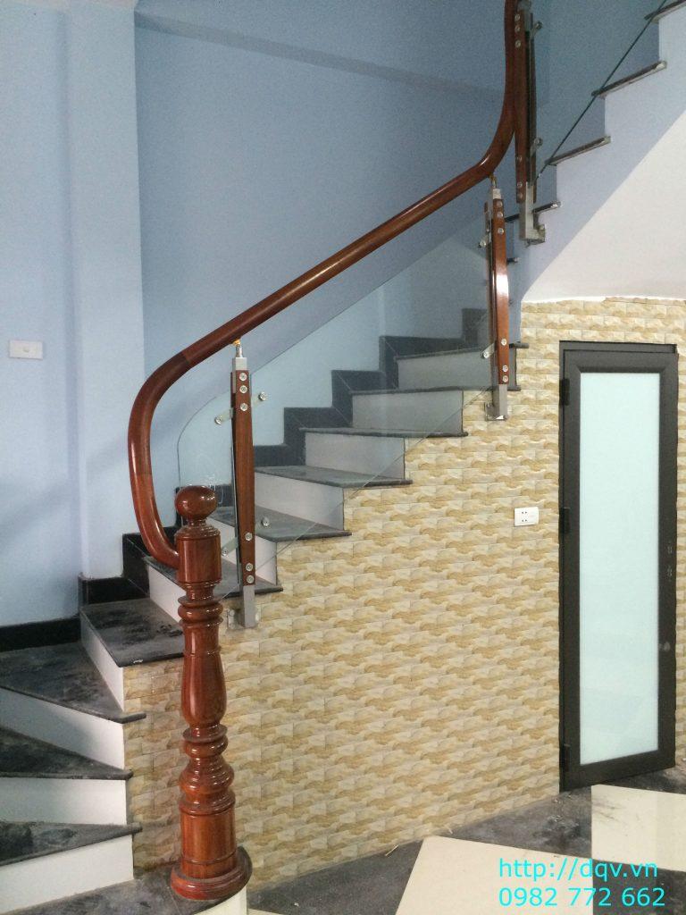 Cầu thang kính tay vịn gỗ#4