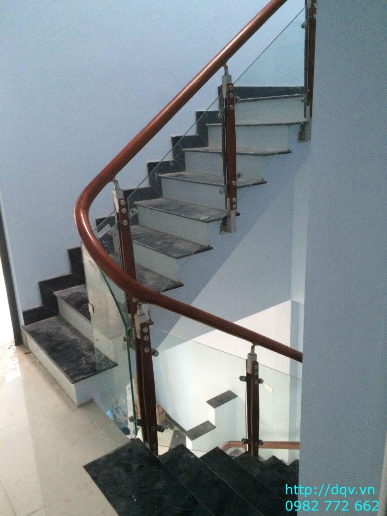 Cầu thang kính tay vịn gỗ#6