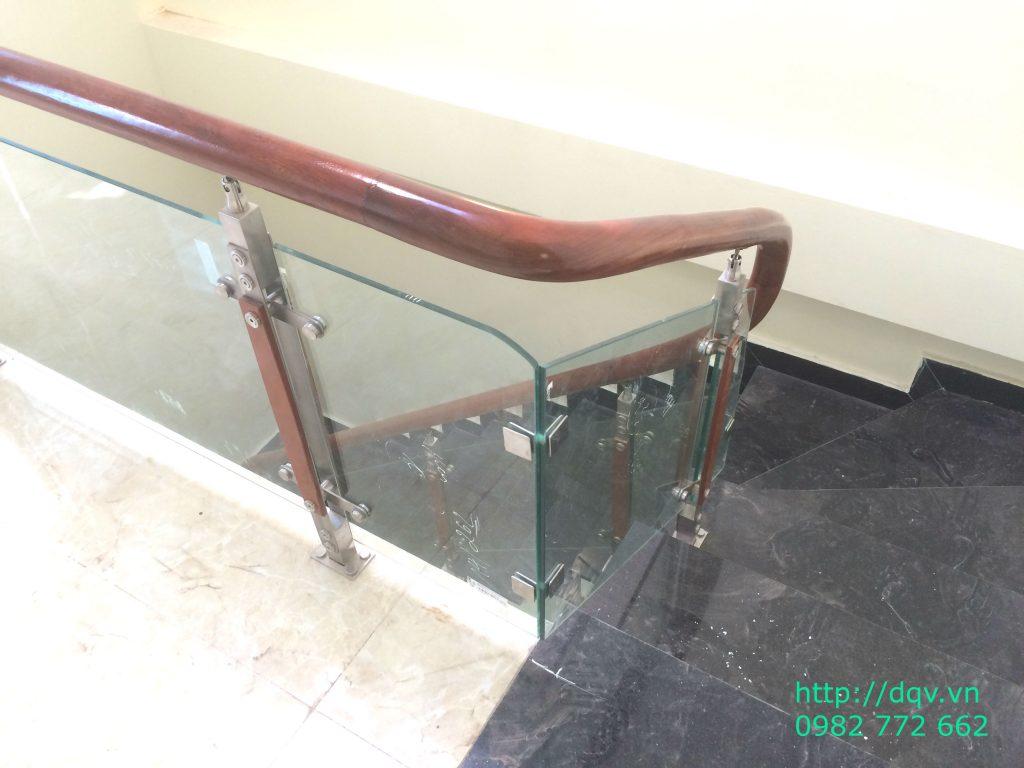 Cầu thang kính cường lực tay vịn gỗ#1
