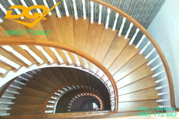 Mẫu cầu thang gỗ tự nhiên vuông lim nam phi đẹp 2020#1