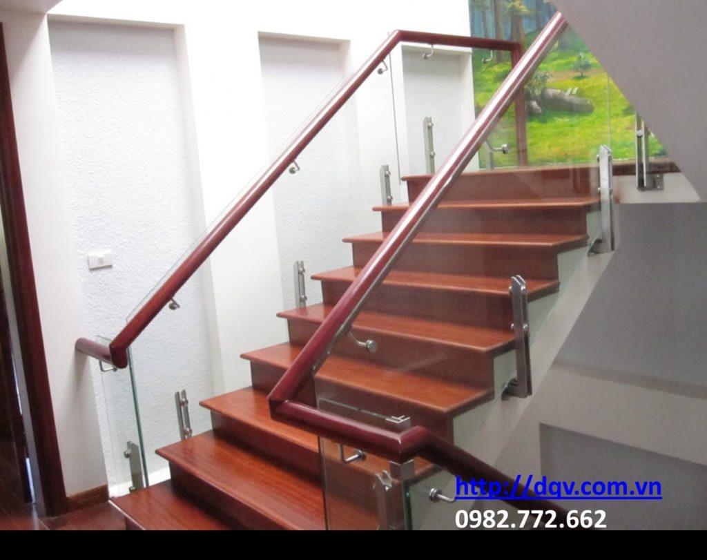 Cầu thang kính cường lực tay vịn gỗ-Mẫu 12