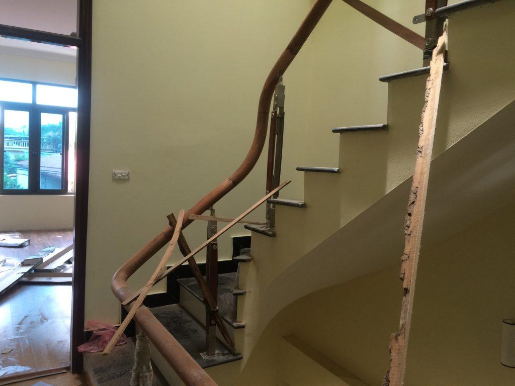Mẫu cầu thang gỗ kết hợp với inox 304 đơn giản đẹp giá rẻ#2