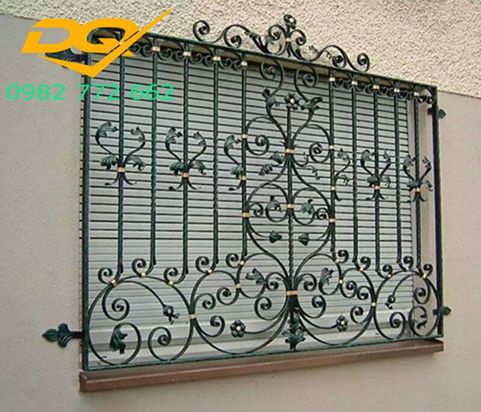 Hàng rào là điểm nhấn đầu tiên của một ngôi nhà vậy nên khi thiết kế và lắp đặt gia chủ cần có những lưu ý nhất định. Ngôi nhà đẹp mà hàng rào trông phản cảm sẽ khiến người nhìn cảm thấy khó chịu.